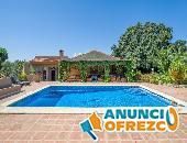 Finca 4600 m² de terreno con 2 casas y 2 apartamentos con piscina en Málaga cerca Lauro Golf Course